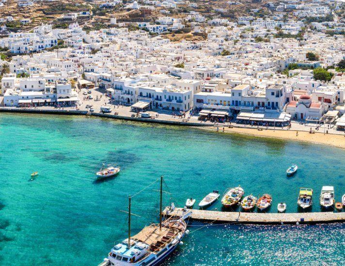 Panoramablick auf den alten Hafen von Mykonos Stadt mit türkisem Meer in der Bucht. Kykladen, Griechenland