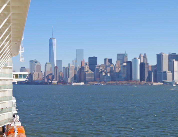 Kreuzfahrtschiff im Hafen von New York mit Skyline von Manhattan