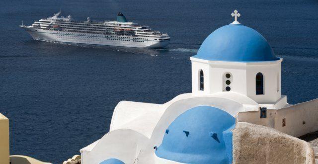 Santorin Kreuzfahrtschiff hinter Kirche